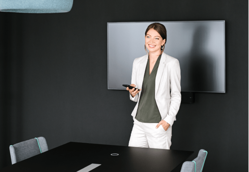 Women controls light through the workplace app on her smartphone